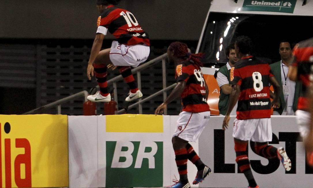 Ronaldinho salta as placas de publicidade para festejar seu gol bem pertinho da torcida Foto: Marcelo Carnaval / Agência O Globo