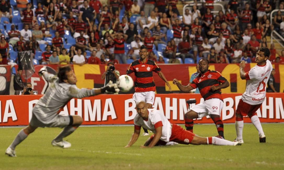 Vagner Love observa a bola que acabara de chutar vencer o goleiro Muriel: 3 a 1 Foto: Marcelo Carnaval / Agência O Globo