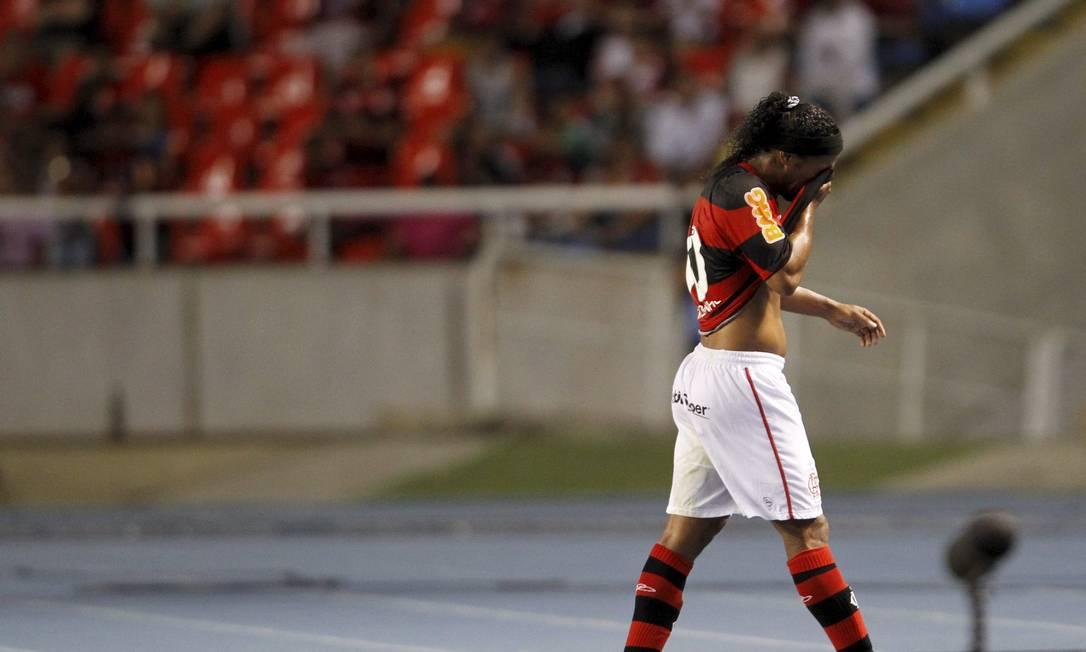 Debaixo de vaias, Ronaldinho deixa o campo, cabisbaixo e mais uma vez devendo Foto: Marcelo Carnaval / Agência O Globo