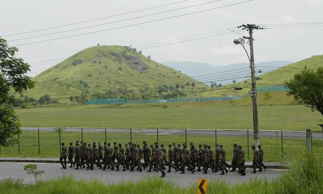 Soldados treinam na Vila Militar de Deodoro Foto: Cléber Júnior / Agência O Globo