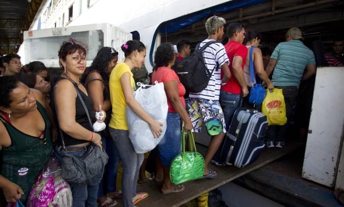 Passageiros embarcam no Amazon Star, no porto de Manaus: rampa improvisada com tábuas Márcia Foletto / O Globo