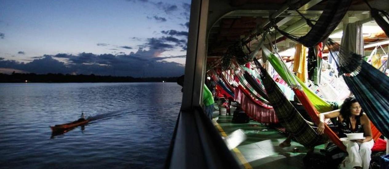 Passageiros se acomodam nas coloridas redes do barco na viagem pelo Rio Amazonas Foto: Agência O Globo / Márcia Foletto
