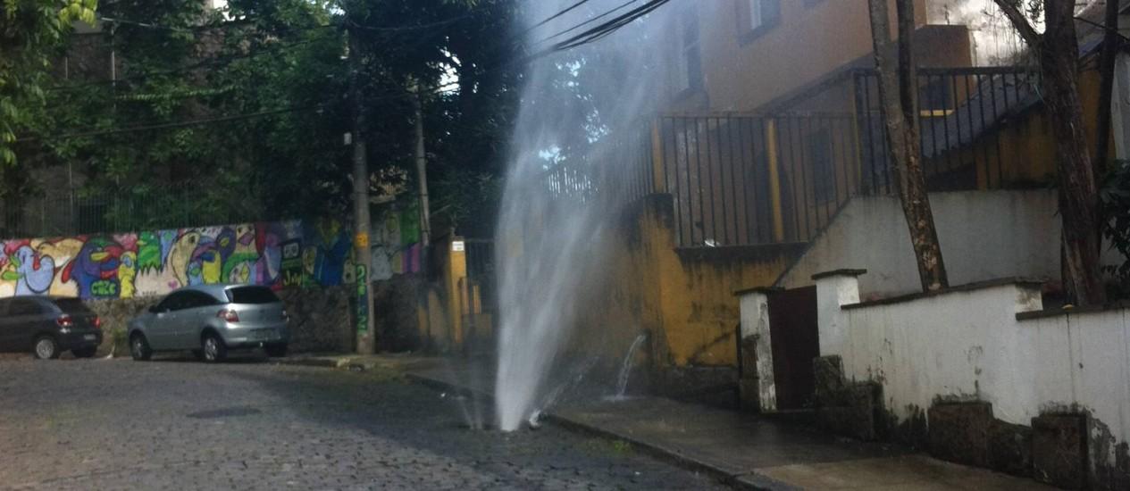 Vazamento fez água jorrar em rua da Lagoa, na Zona Sul do Rio Foto: Foto do leitor Henrique Machado / Eu-Repórter