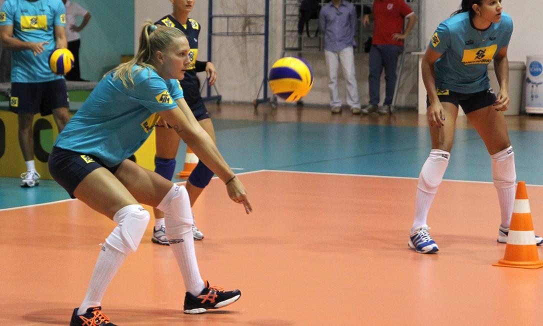 Mari, curinga da seleção brasileira, treina no Centro de Desenvolvimento de Vôlei Foto: Jorge William/24.05.2012 / O Globo