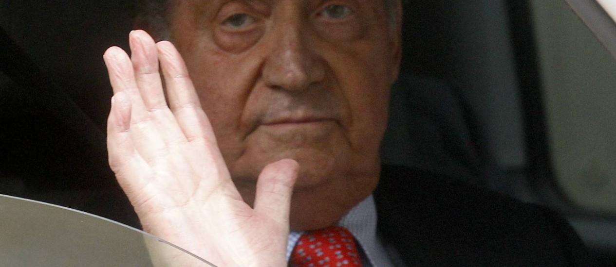Rei espanhol Juan Carlos, após deixar hospital em 18 de abril de 2012 Foto: ANDREA COMAS / REUTERS