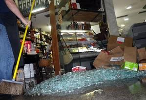 Dois bandidos assaltaram uma loja no segundo andar da galeria Boutique de Ipanema na tarde desta terça-feira. Na saída, uma troca de tiros atingiu vitrines das lojas Foto: Foto do leitor José Conde / Eu-repórter