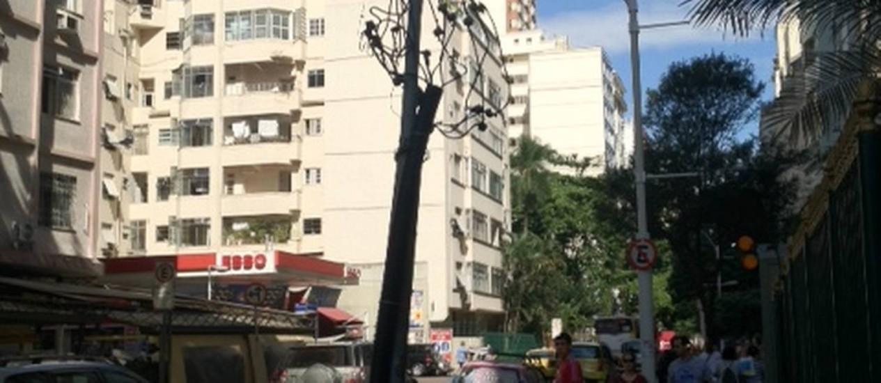 Fiação fica exposta em poste da Rua Marquês de Abrantes, no Flamengo Foto: Foto da leitora Adriana Scheliga / Eu-Repórter