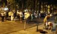 Moradores de prédios no Largo dos Leões deixam seus apartamentos após estrondo em bueiro