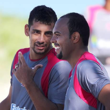 Diego Souza e Alecsandro conversam durante treino na praia Foto: Ivo Gonzalez / O Globo