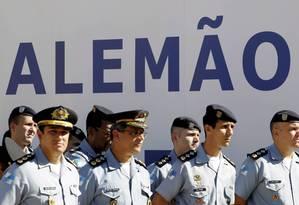 Policiais militares participam da inauguração da quarta UPP do Alemão Foto: Marcelo Piu / O Globo