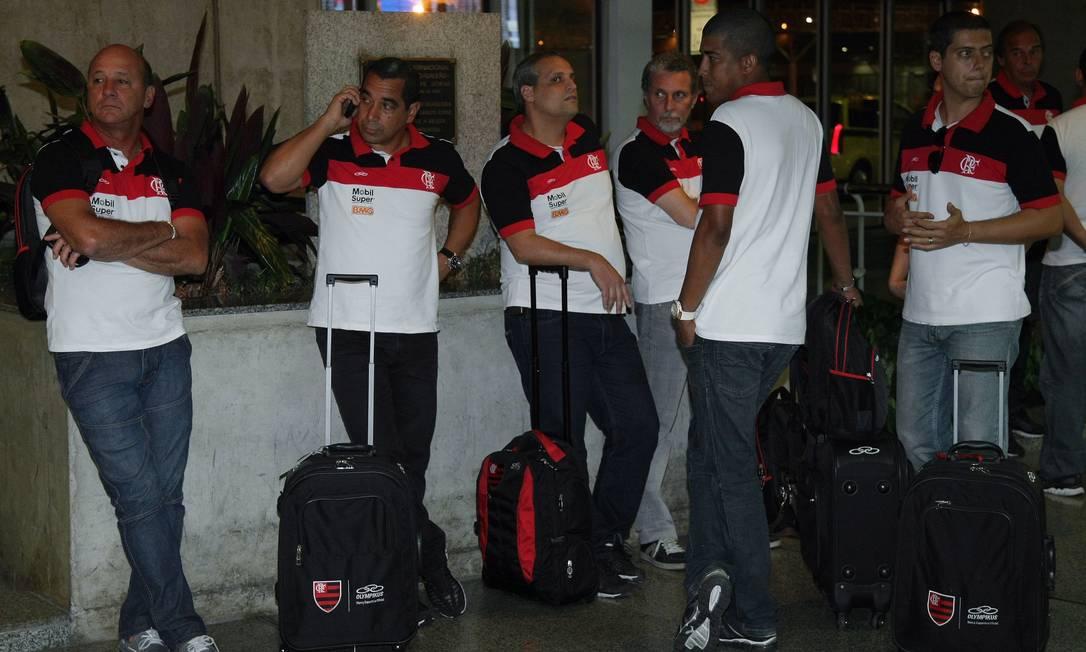 Comissão técnica do Flamengo espera por embarque no Aeroporto Internacional Foto: Fábio Guimarães / O Globo/Extra