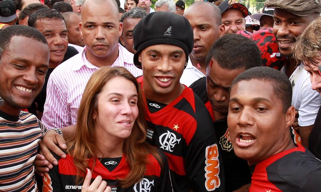 Ronaldinho ao lado da presidente Patrícia Amorim. O craque foi apresentado no dia 12 de janeiro Foto: Fernando Maia