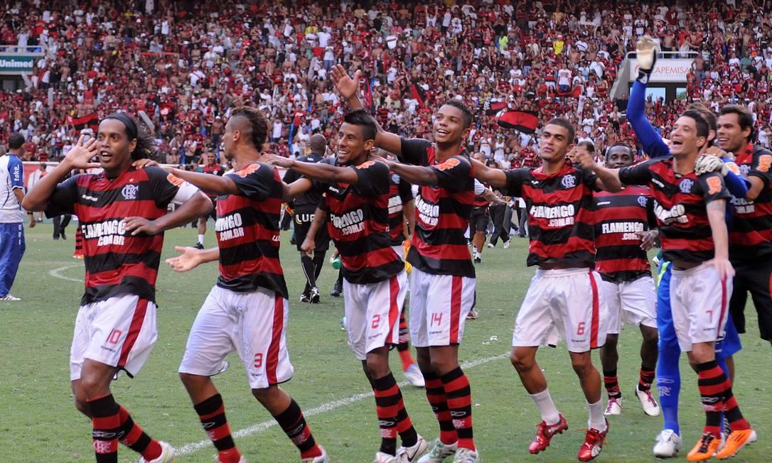 O primeiro título foi a Taça Guanabara de 2001, na época do 'Bonde do Mengão Sem Freio' Foto: Divulgação Fla Imagem