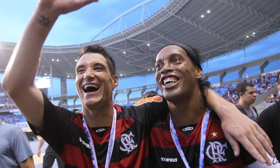 Na festa do título da Taça GB, Ronaldinho comemorou abraçado a Thiago Neves Foto: Alexandre Cassiano