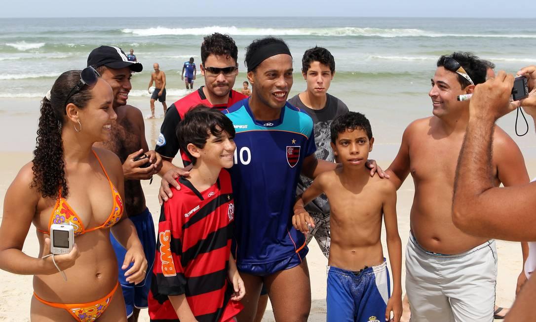 O craque experimentava sua popularidade em treinos do Flamengo na praia da Barra Foto: Cezar Loureiro