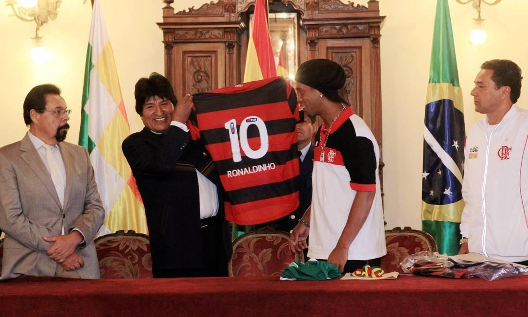 No começo do ano, Ronaldinho foi homenageado pelo presidente da Bolívia, Evo Morales Foto: Cezar Loureiro