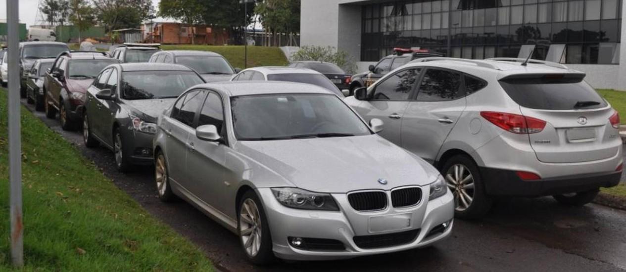 Dez veículos, entre eles carros de luxo, foram apreendidos na operação da PF Foto: Divulgação / Polícia Federal