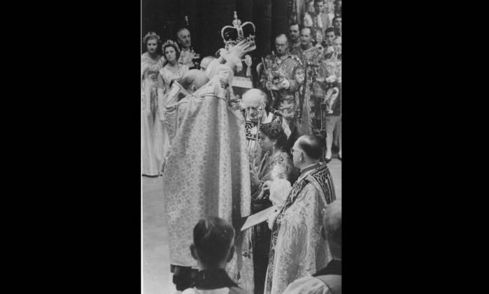 Elizabeth II é coroada pelo arcebispo de Canterbury com a Coroa de Santo Eduardo: essa joia é usada apenas nas coroações dos monarcas britânicos. Feita em ouro, a peça é decorada com safiras, turmalinas, ametistas, topázios e citrinas, pesando 2,23 quilos. Elizabeth II possui uma extensa coleção de tiaras e coroas, tanto para uso oficial como pessoal. AFP/2-6-1953