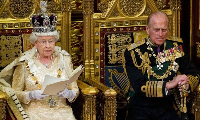 Ao lado do príncipe Philip, a rainha discursa na sessão de abertura do Parlamento britânico. Sobre a cabeça, a coroa mais famosa: a Imperial do Estado. Refeita para o pai da rainha, o rei George VI, ela contém mais de 3 mil pedras, todas transferidas da antiga Coroa Imperial. AFP/25-5-2010
