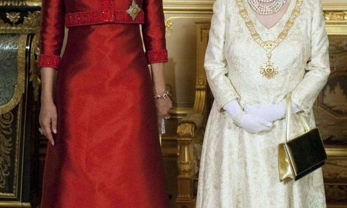 A rainha recebe Mozah bint Nasser al-Missned, mulher do emir do Qatar, antes de um banquete no Palácio de Windsor. Na ocasião, a rainha usou a Tiara Vladimir, algumas vezes chamada de Tiara de Diamantes e Pérolas. A peça foi comprada pela rainha Mary de uma grã-duquesa russa em 1921. Reuters/26-10-2010