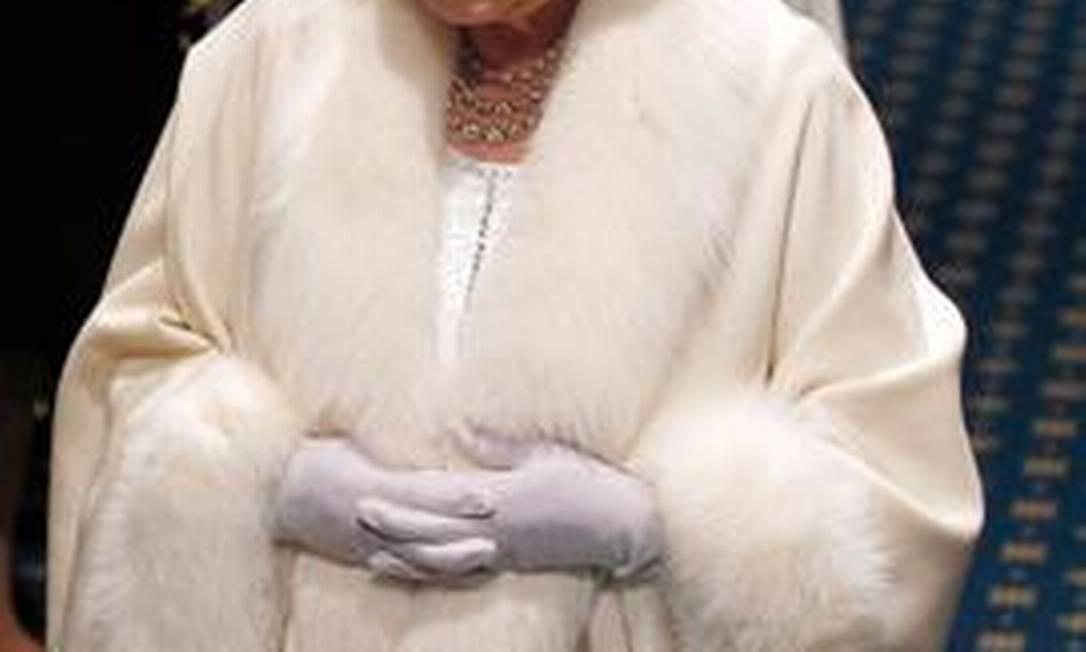 Elizabeth II chega ao Palácio de Westminster com o Diadema do Estado de George IV, ou Diadema de Diamante. A peça foi confeccionada em 1820 para o rei usar na procissão até a Abadia de Westminster. AFP/9-5-2012
