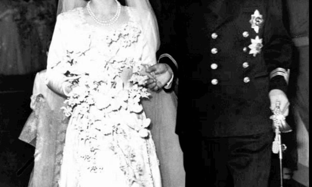 Em seu casamento com o príncipe Philip, a então princesa Elizabeth usou a tiara Franja Russa, que faz parte de sua coleção pessoal. A joia já foi usada pelas rainhas Vitória, Mary e pela Rainha-Mãe. Ela foi emprestada à filha de Elizabeth, a princesa Anne, ao se casar com o capitão Mark Phillips, em 1973. AP/20-11-1947