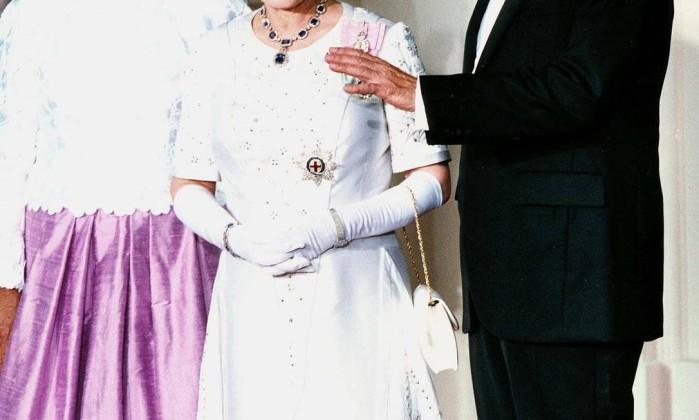 Na viagem a Washington, em 1991, Elizabeth II usou uma tiara de safiras para o jantar com o então presidente George Bush (pai). A tiara faz conjunto com brincos e colar, e foi um presente de seu pai, o rei George VI, em 1947. AFP/14-5-1991