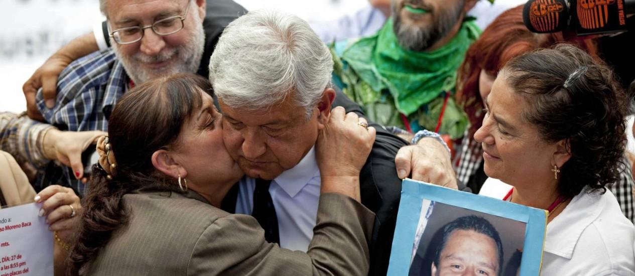 Manuel López Obrador recebe abraço em evento de campanha de mulher que tem filhos desaparecidos Foto: AP