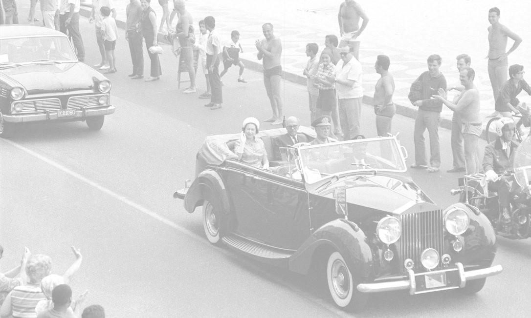 A Rainha Elizabeth II visitou o Brasil em 1968, acompanhada pelo príncipe Philip. Durante a visita, ela desfilou em carro aberto pela Avenida Atlântida, no Rio de Janeiro. A viagem incluiu Recife, Salvador, Brasília, São Paulo e Rio de Janeiro. Arquivo/9-11-1968