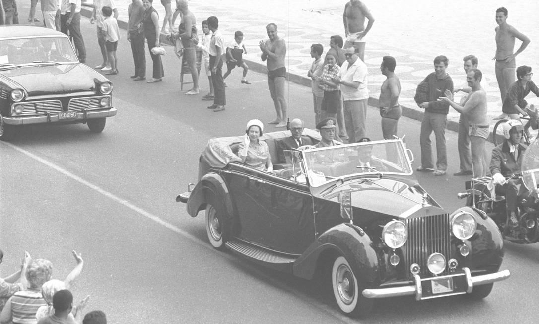 A Rainha Elizabeth II visitou o Brasil em 1968, acompanhada pelo príncipe Philip. Durante a visita, ela desfilou em carro aberto pela Avenida Atlântida, no Rio de Janeiro. A viagem incluiu Recife, Salvador, Brasília, São Paulo e Rio de Janeiro. Foto: Arquivo/9-11-1968