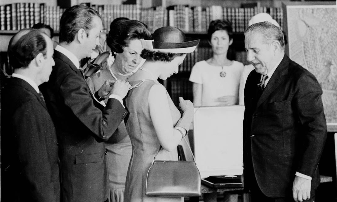 Em Brasília, a rainha foi recebida pelo presidente Artur da Costa e Silva, do período da ditadura militar. A visita ao Brasil durou 11 dias. Foto: Agência O Globo