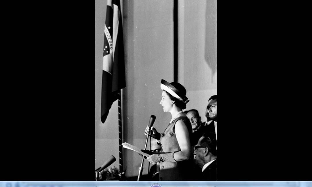 A rainha Elizabeth II discursa no Congresso Nacional, em Brasília. A viagem fez parte de um programa britânico de integração econômica com países latino-americanos. Agência O Globo/5-11-1968