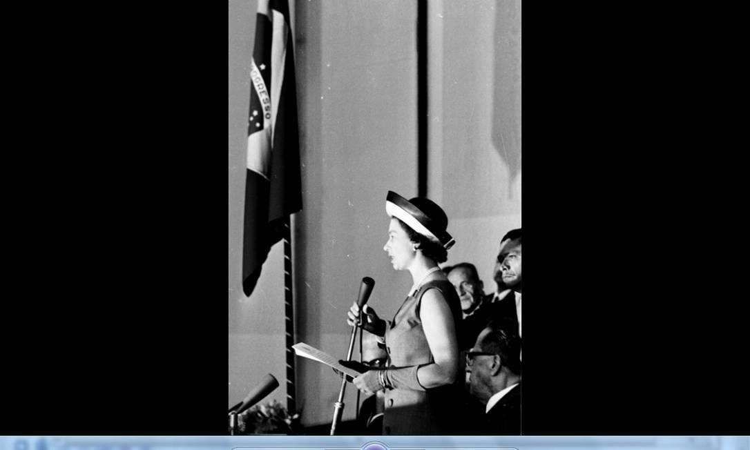 A rainha Elizabeth II discursa no Congresso Nacional, em Brasília. A viagem fez parte de um programa britânico de integração econômica com países latino-americanos. Foto: Agência O Globo/5-11-1968