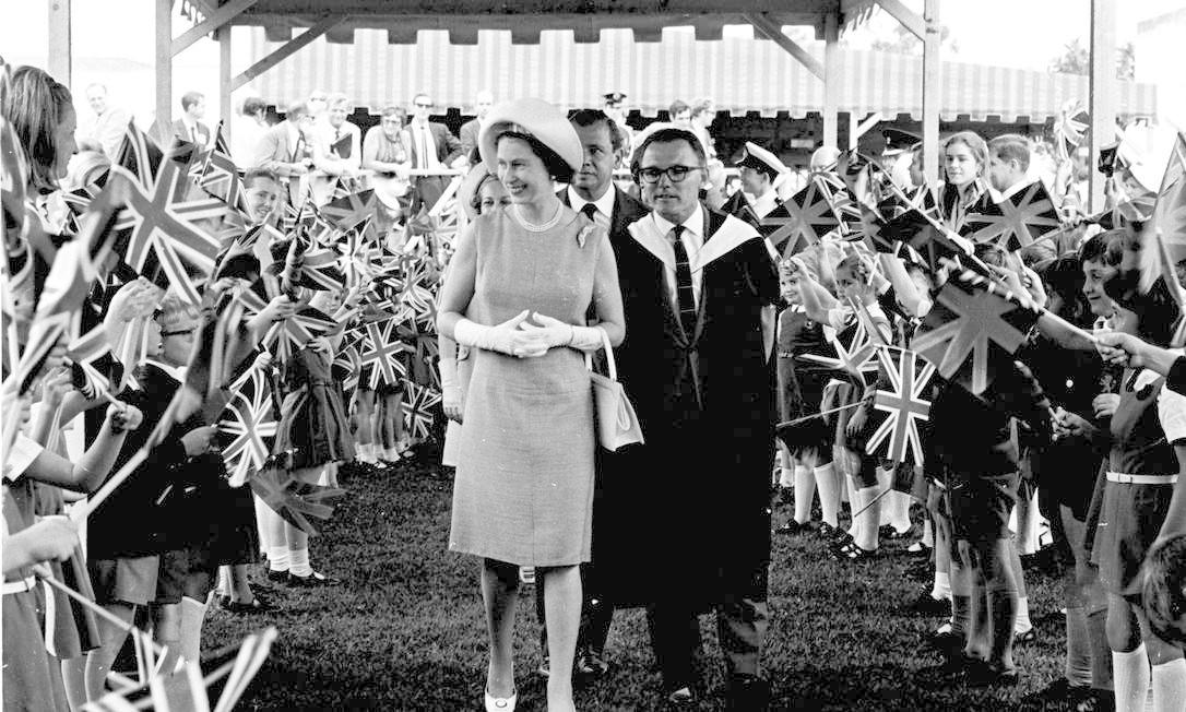 A rainha e sua comitiva em São Paulo: na cidade ela participou da inauguração da nova sede do Museu de Arte de São Paulo (Masp). Agência O Globo/6-11-1968