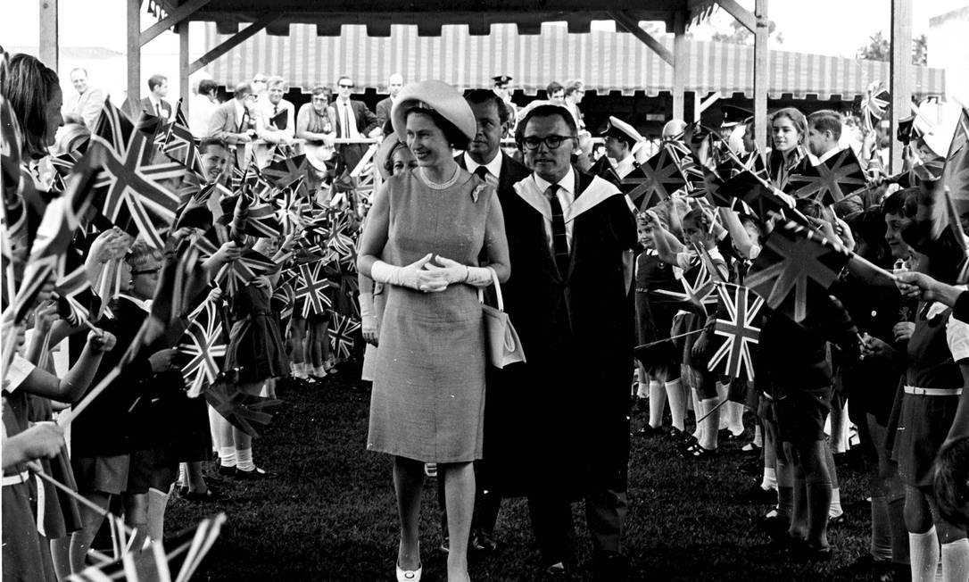 A rainha e sua comitiva em São Paulo: na cidade ela participou da inauguração da nova sede do Museu de Arte de São Paulo (Masp). Foto: Agência O Globo/6-11-1968