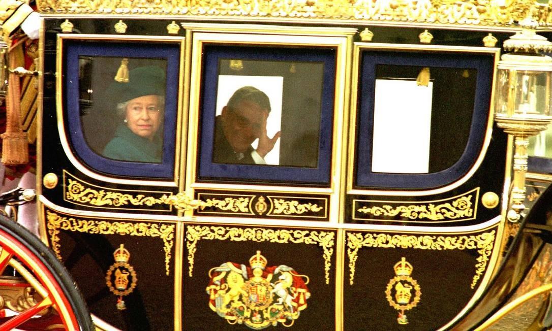 O então presidente Fernando Henrique Cardoso anda na carruagem da rainha durante a visita oficial a Londres: agora, presidentes da era democrática. AP/2-12-1997