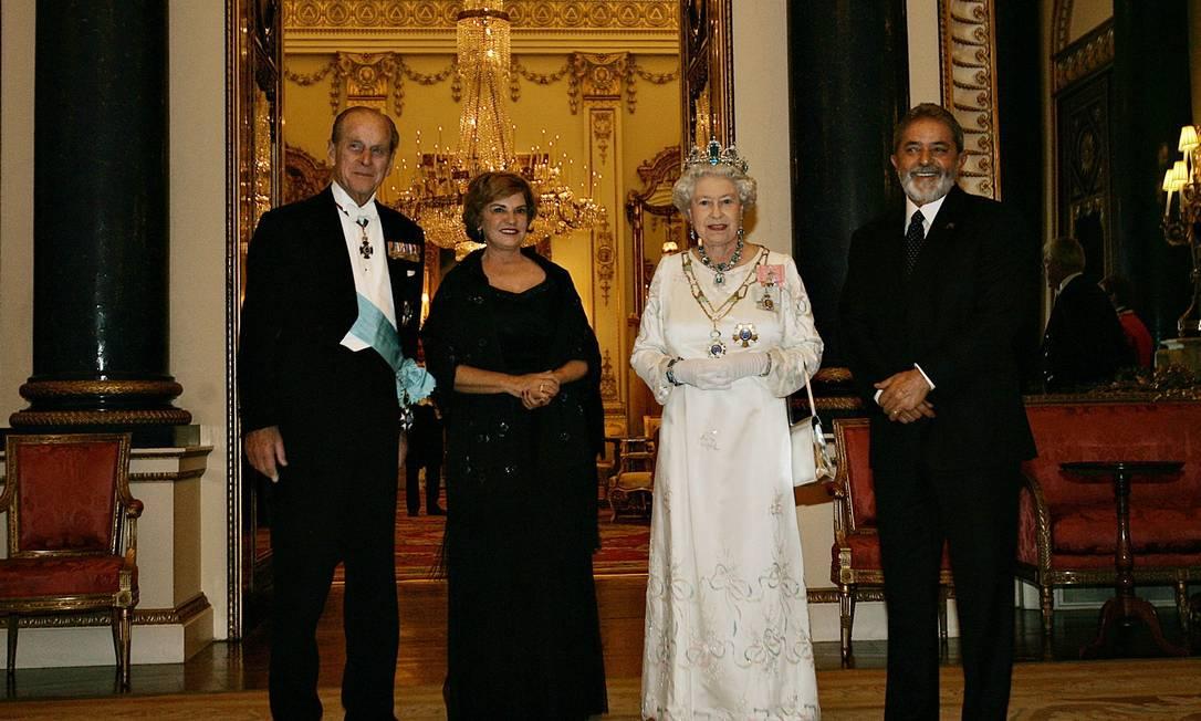 Lula, então presidente, e dona Marisa são recebidos pela rainha Elizabeth e pelo príncipe Philip, durante o banquete de Estado, no Palácio de Buckingham. No pescoço da rainha, o colar de águas-marinhas presenteado pelo governo na época de sua coroação, em 1953. Foto: Divulgação/7-3-2006