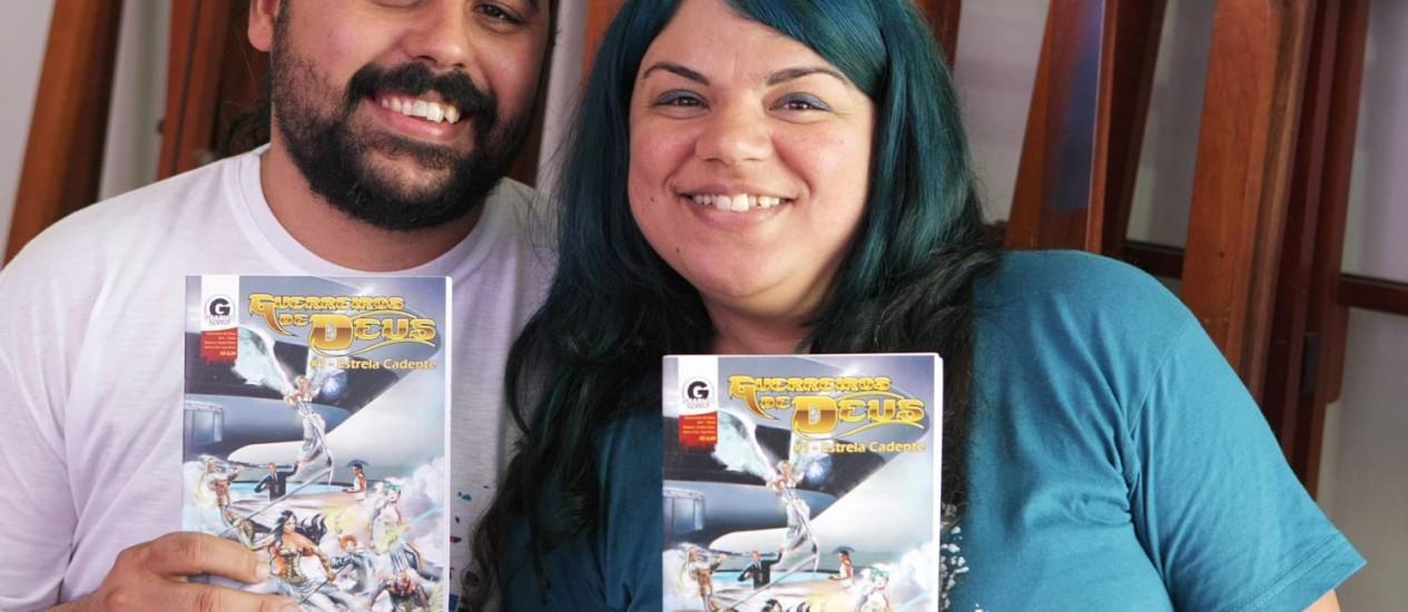 O CASAL André e Lya Alves exibe o primeiro número da revista: a história se passa em Niterói Foto: Laura Marques