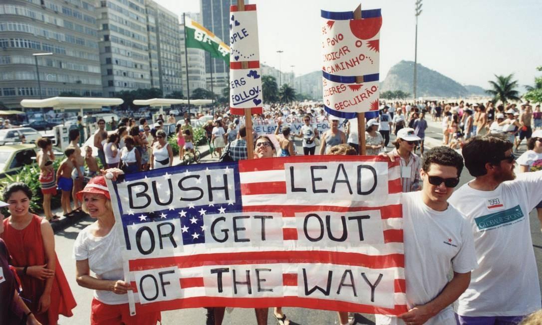 Passeata ecológica em Copacabana durante a Conferência da ONU sobre Desenvolvimento e Meio Ambinente Foto: Marcos Essa / 08/06/1992