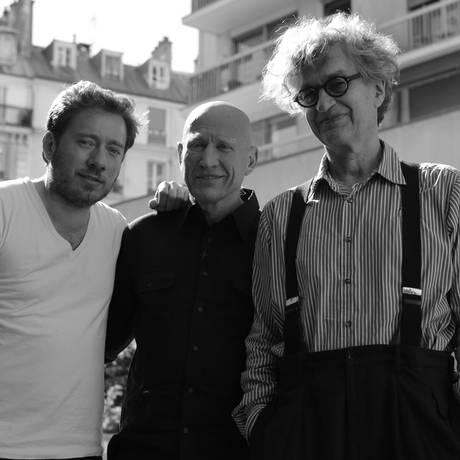 O fotógrafo entre o filho Juliano e Wim Wenders: longa aborda 40 anos de trabalho Foto: Divulgação