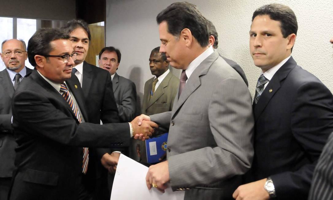 Perillo cumprimenta o presidente da CPI do Cachoeira, senador Vital do Rêgo (PMDB-PB) Foto: Divulgação