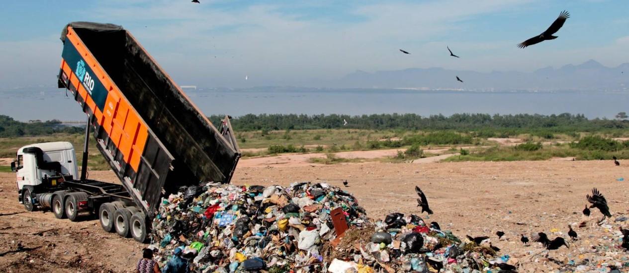 Último caminhão a usar o aterro despeja lixo em Gramacho Foto: Pedro Kirilos / O Globo