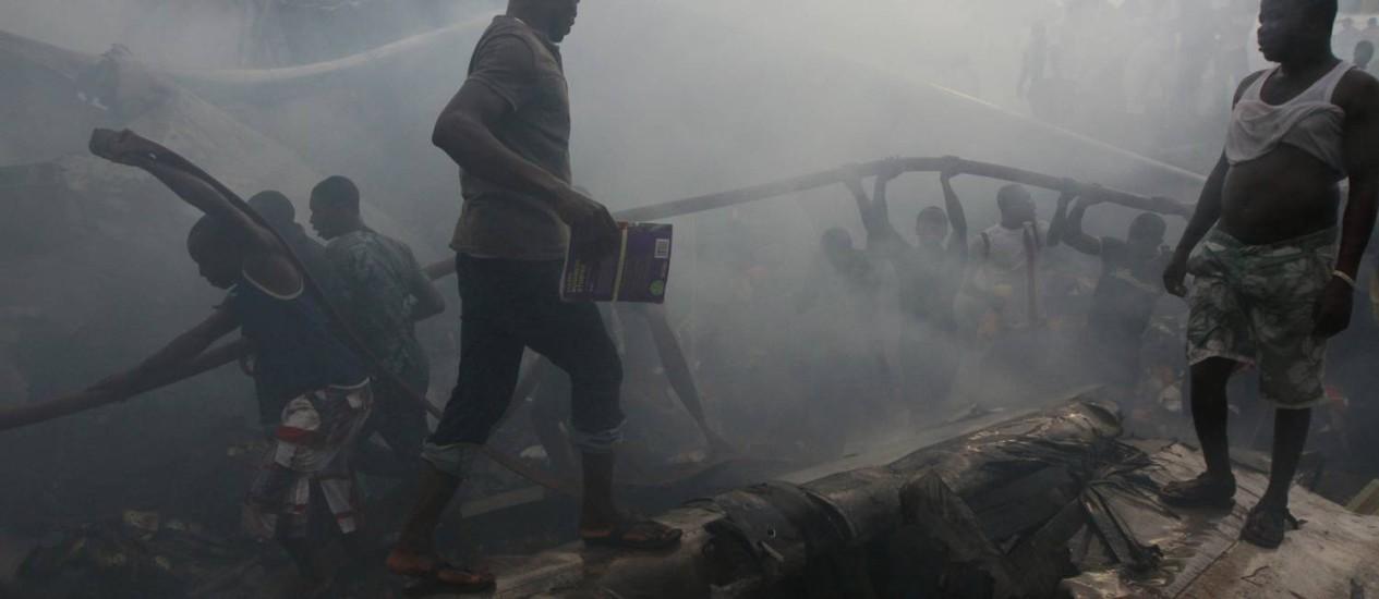 Continuam as buscas por mortos e sobreviventes de um dos maiores desastres aéreos da Nigéria nos últimos anos Foto: AP