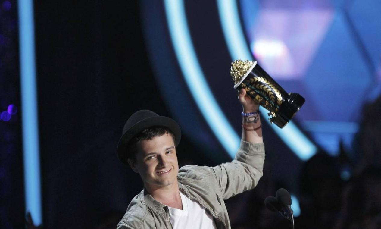 """Josh Hutcherson com o troféu de melhor ator por """"Jogos vorazes"""". Jennifer Lawrence foi eleita melhor atriz pelo mesmo filme Foto: Reuters"""