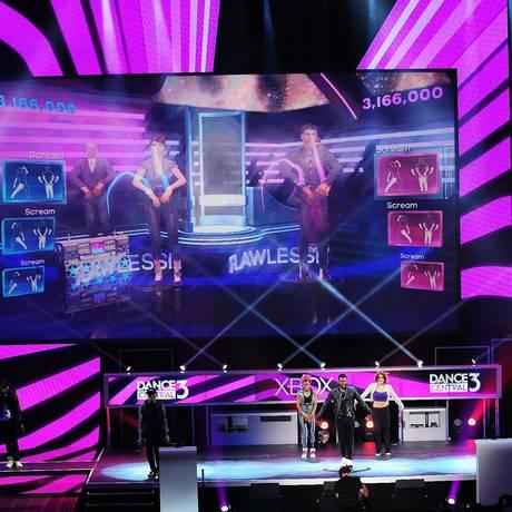 Usher canta nova canção para apresentar Dance Central 3 em evento da Microsoft Foto: AFP