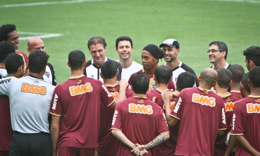 O jogador foi apresentado pelo técnico Cuca ao restante do elenco Foto: Divulgação Atlético-MG