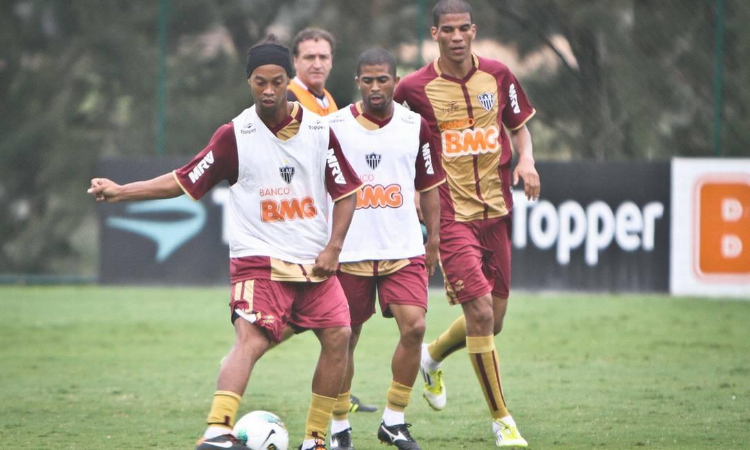 No primeiro treino Ronaldinho já deu seu tradicional passe olhando para outro lado... Foto: Divulgação Atlético-MG