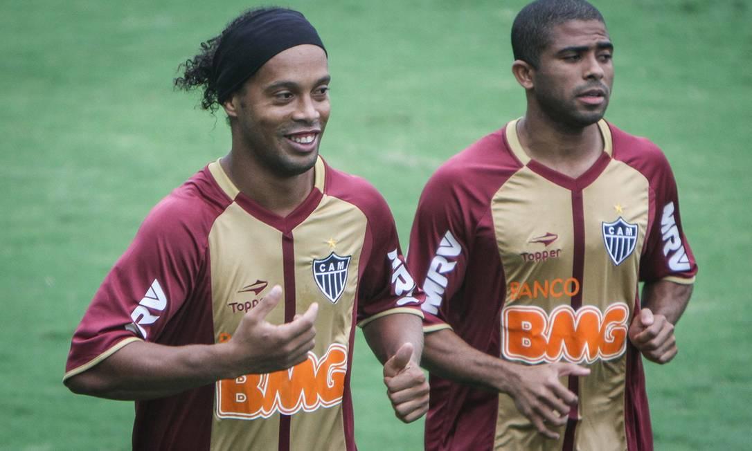 Dupla ex-rubro-negra no Galo: Ronaldinho e Júnior César Foto: Divulgação Atlético-MG