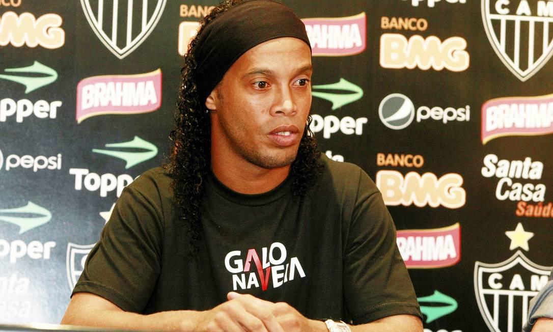 Ronaldinho exibia um semblante carregado durante a sua apresentação Foto: Fabiano Rocha/Extra