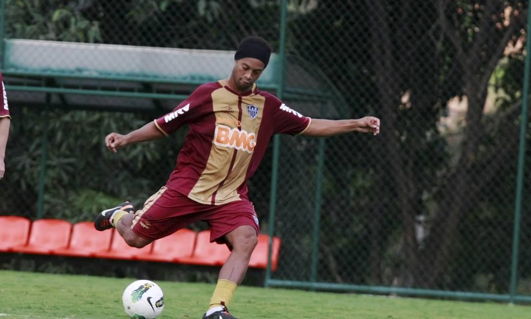 Ronaldinho espera apenas ser regularizado na CBF Foto: Fabiano Rocha/Extra